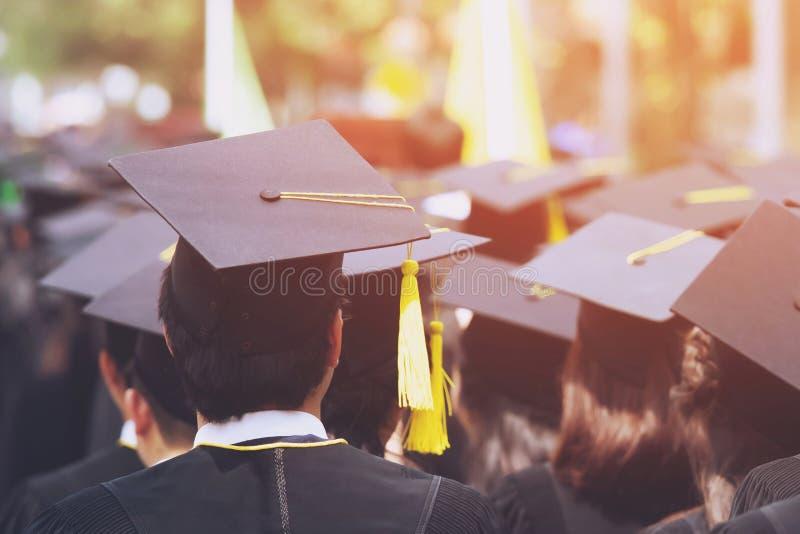 Tiro de los sombreros de la graduaci La graduación Cere imagen de archivo