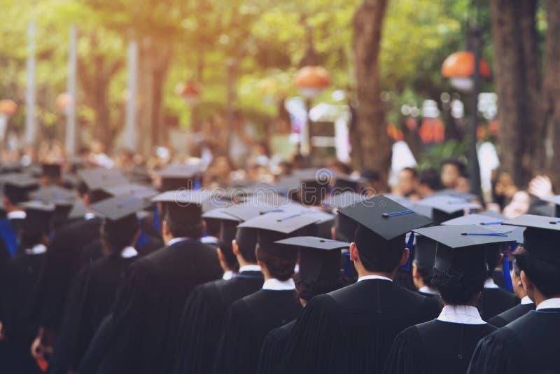 Tiro de los sombreros de la graduaci?n durante los graduados de la universidad, enhorabuena del ?xito del comienzo de la educaci? fotos de archivo libres de regalías