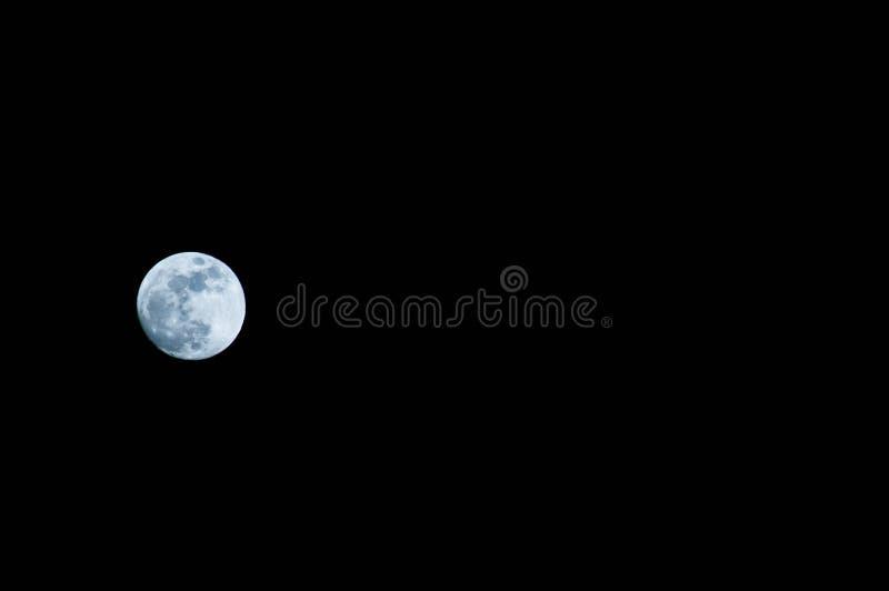 Tiro de Lua cheia em uma noite fria do inverno de janeiro fotografia de stock