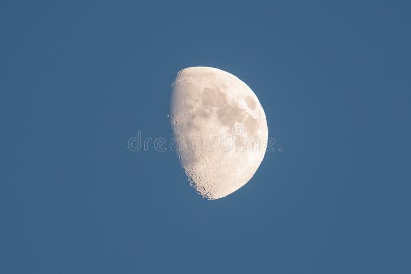 Tiro de lua detalhado bonito no crepúsculo - 1º de novembro de 2014 como visto de Wisconsin, EUA imagens de stock