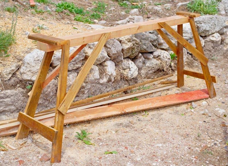 Tiro de madeira do sawhorse imagens de stock royalty free