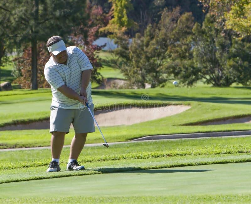 Tiro de microplaqueta do jogador de golfe foto de stock