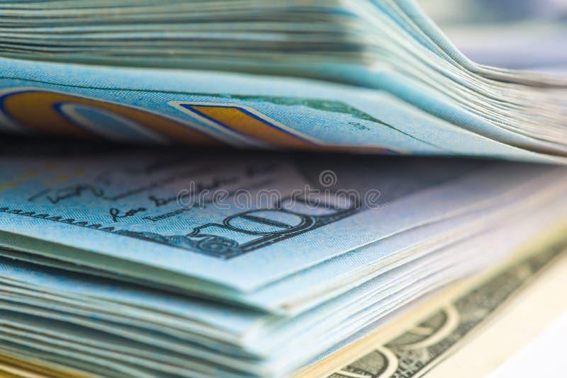 tiro de 100 notas de dólar dos E.U., no quadro a dignidade fotos de stock royalty free