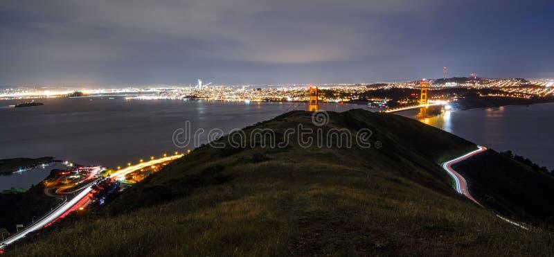 Tiro de puente Golden Gate tomado de las colinas arriba, con los rastros del coche foto de archivo libre de regalías