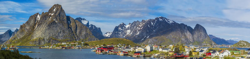 Tiro de Reine Village em ilhas de Lofoten, do norte panorâmicos nem foto de stock royalty free