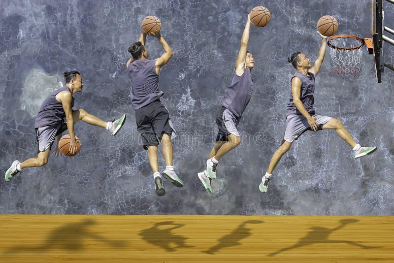 Tiro de salto del hombre disponible del baloncesto un aro de baloncesto en el desv?n de madera de la pared del yeso del fondo del fotos de archivo libres de regalías