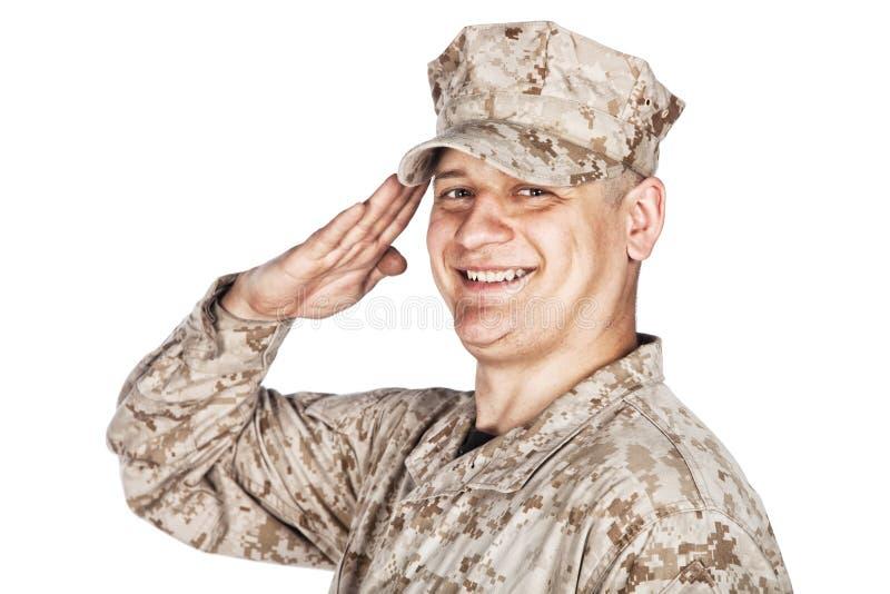 Tiro de saudação e de sorriso do estúdio do soldado do exército fotos de stock royalty free