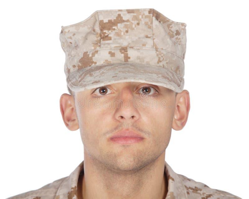 Tiro de saudação e de sorriso do estúdio do soldado do exército fotografia de stock royalty free