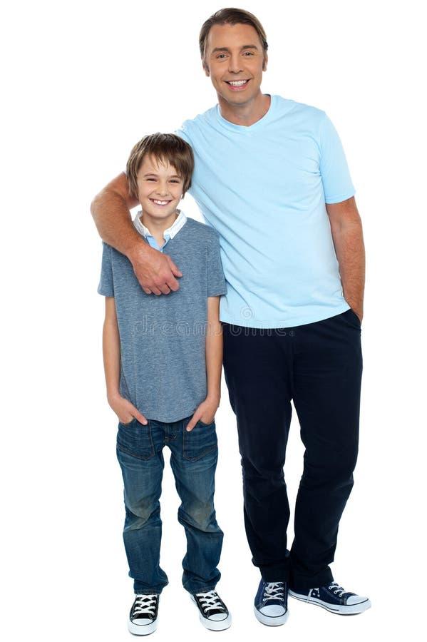 Tiro de sorriso de um pai e de um filho fotografia de stock royalty free