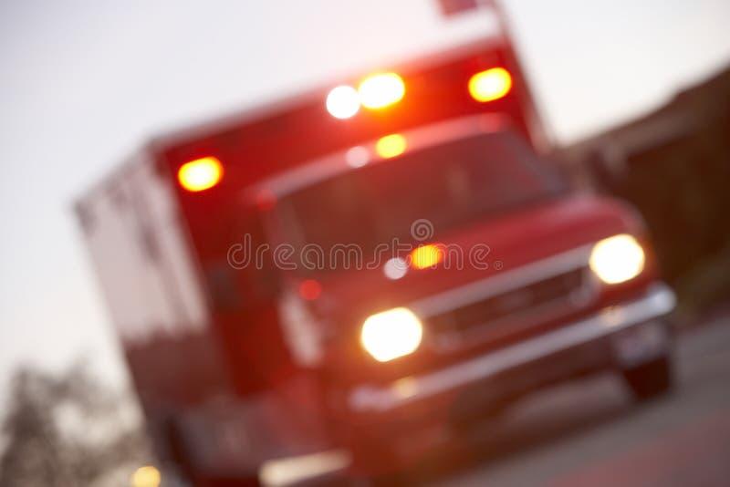 Tiro Defocused de la ambulancia en una calle de la ciudad imagenes de archivo