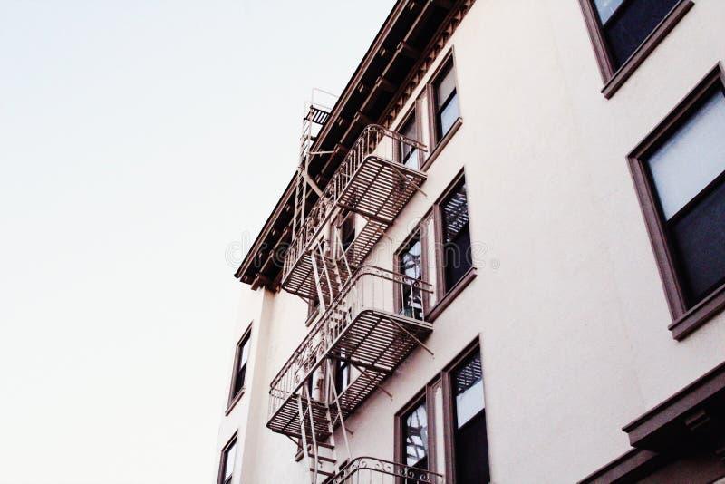 Tiro del ángulo bajo de una construcción de viviendas concreta blanca con las escaleras en San Francisco imagenes de archivo