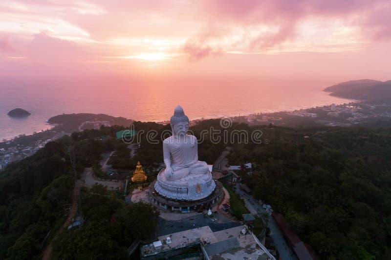 Tiro del abejón de la visión aérea de la estatua grande de Buda en la alta montaña imagen de archivo libre de regalías