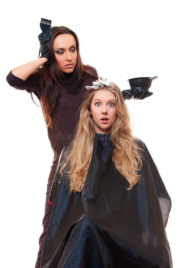 Tiro del estudio del peluquero y del cliente dado una sacudida eléctrica fotos de archivo libres de regalías