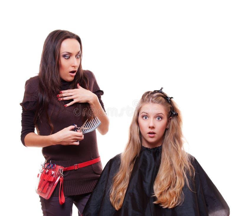 Tiro del estudio del peluquero y del cliente dados una sacudida eléctrica fotos de archivo libres de regalías