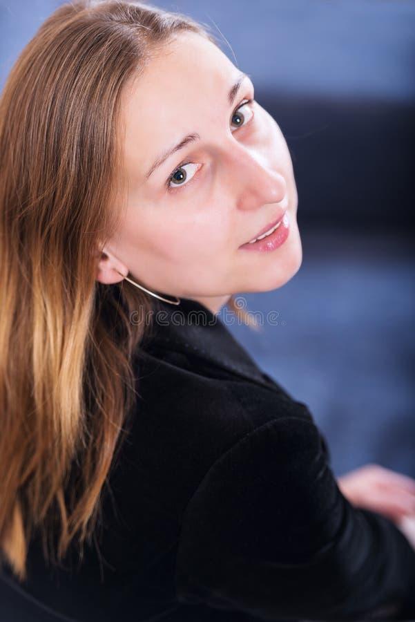 Tiro del estudio del retrato de la mujer joven imagenes de archivo