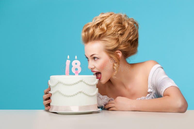 Tiro del estudio en el estilo de Marie Antoinette con la torta imagen de archivo libre de regalías