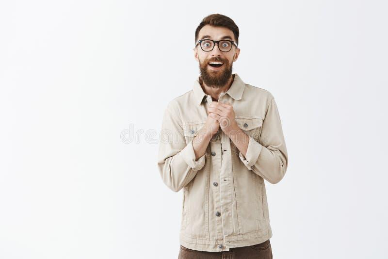 Tiro del estudio del varón adulto amistoso y emotivo hermoso con la barba larga y bigote que son tocados y tenencia agradecida fotos de archivo libres de regalías