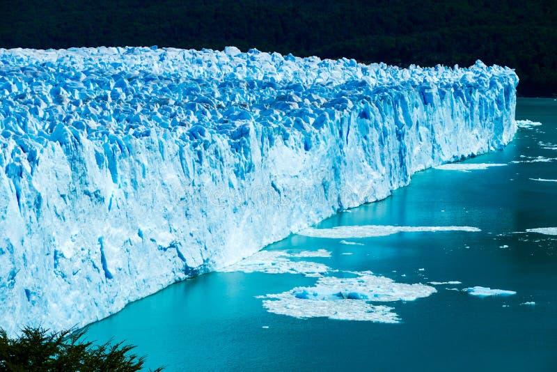Tiro del lado y del primer en el espléndido de Perito Moreno Glacier foto de archivo