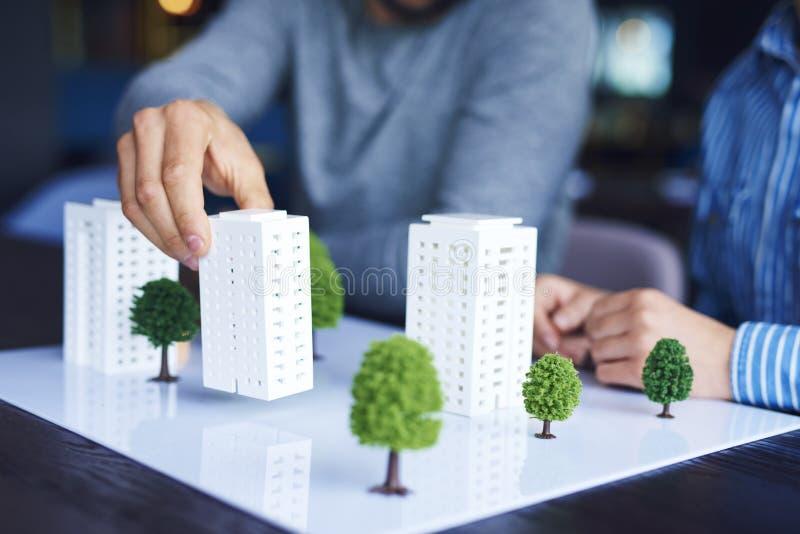 Tiro del modelo arquitectónico en la tabla de la oficina imagenes de archivo