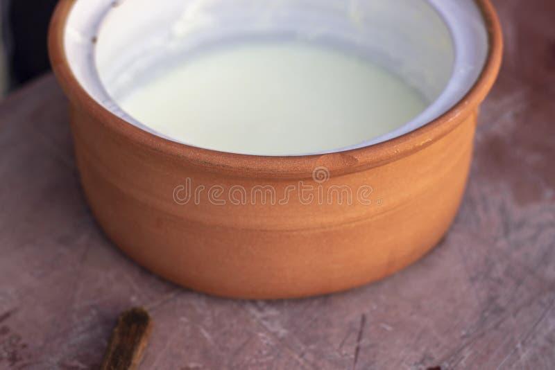Tiro del primo piano della tazza fatta a mano tradizionale del yogurt fotografie stock libere da diritti