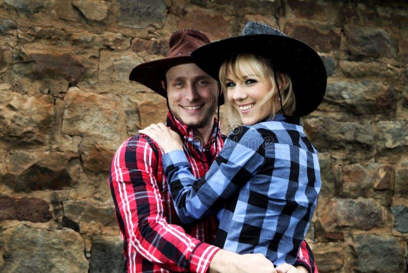 Tiro delle coppie del cowboy di divertimento fotografia stock libera da diritti