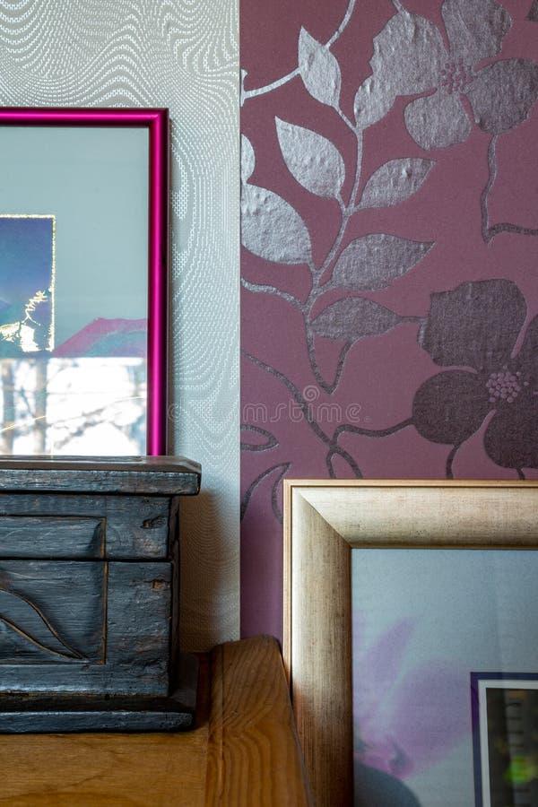 Tiro detalhado da decoração da casa - quadros e caixas foto de stock