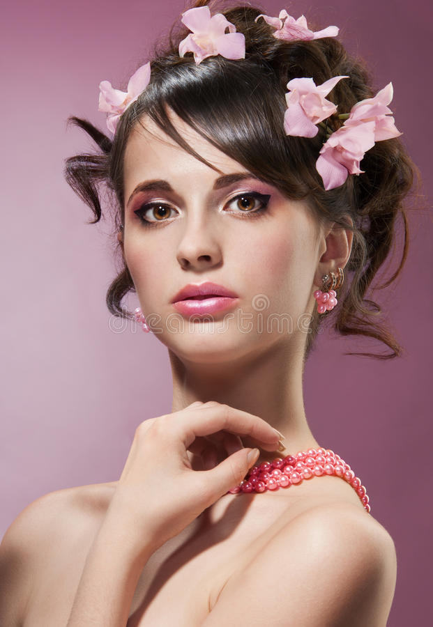 Tiro di bellezza della donna con i fiori in capelli immagine stock libera da diritti