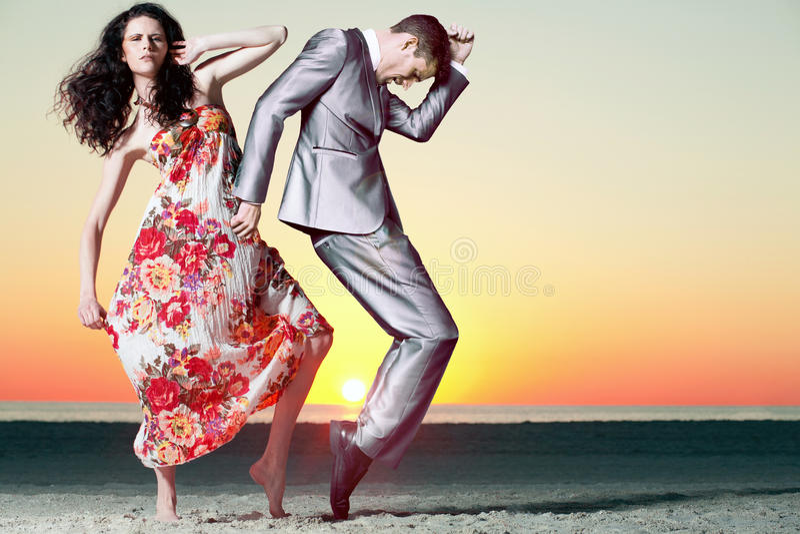 Tiro di foto di tramonto con i modelli di modo attraenti. immagine stock