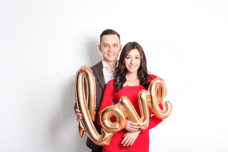 Tiro di foto felice di giorno del ` s del biglietto di S. Valentino Coppie nell'amore che sorride largamente, mostrando affetto,  immagine stock