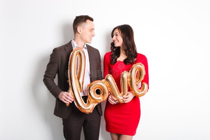 Tiro di foto felice di giorno del ` s del biglietto di S. Valentino Coppie nell'amore che sorride largamente, mostrando affetto,  immagini stock
