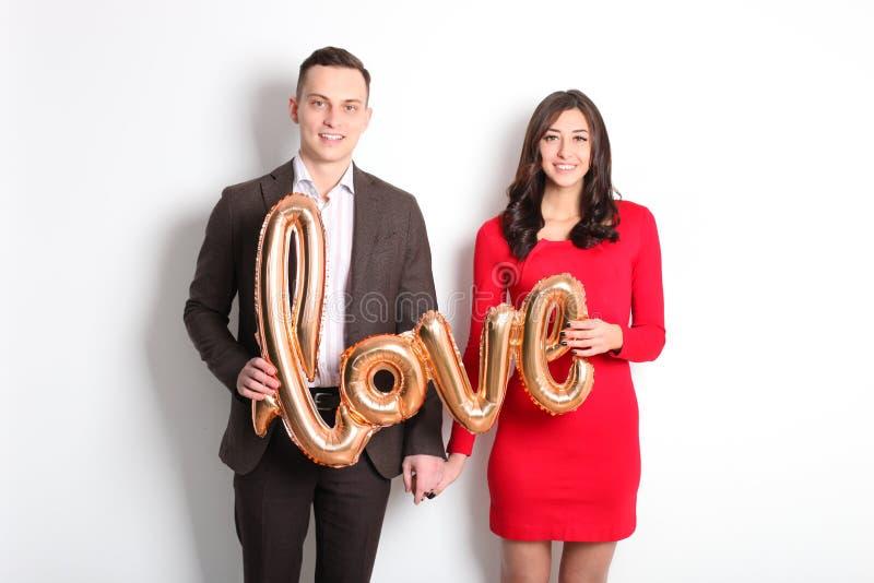 Tiro di foto felice di giorno del ` s del biglietto di S. Valentino Coppie nell'amore che sorride largamente, mostrando affetto,  fotografie stock