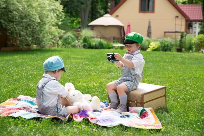 Tiro di foto gemellato dei ragazzi immagine stock libera da diritti