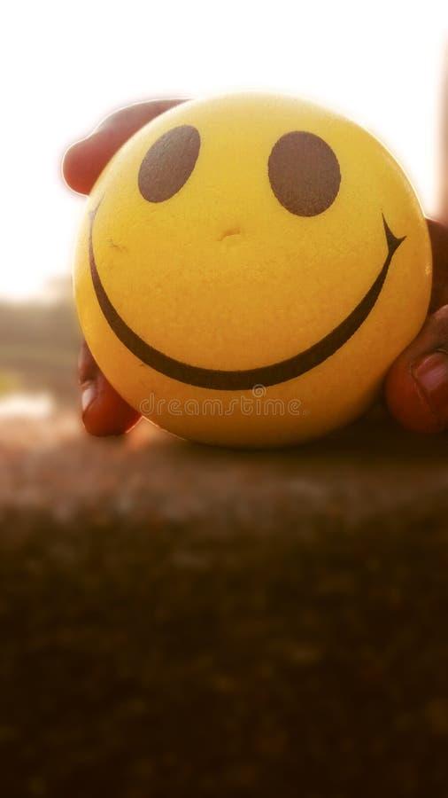 Tiro di foto sorridente giallo del primo piano della palla immagini stock libere da diritti