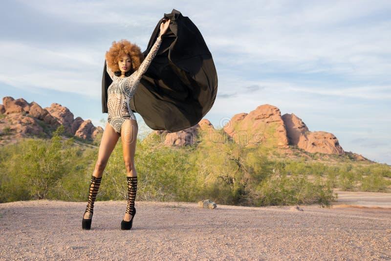 Tiro di stile di modo con il bello uso afroamericano del modello di un pezzo immagini stock libere da diritti
