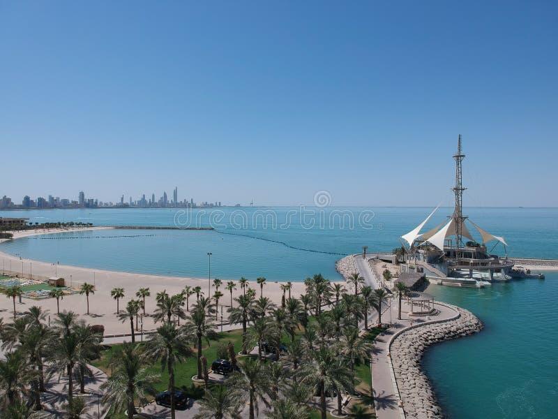 Tiro diurno hermoso del verano de la playa de Kuwait Salmiya imágenes de archivo libres de regalías