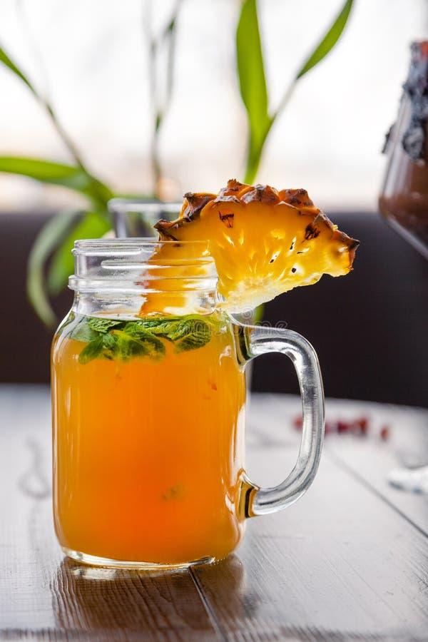 Tiro do alimento Cocktail da baga na hortel? decorada do cristal, bagas, rom?, laranja, abacaxi Bebidas do ver?o do conceito, fotografia de stock royalty free