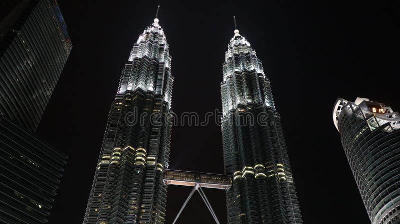 Tiro do baixo ângulo da torre gêmea de Petronas na noite com luzes sobre foto de stock royalty free