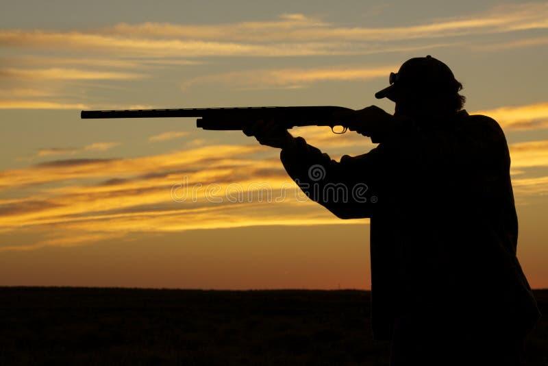 Tiro do caçador no por do sol imagem de stock