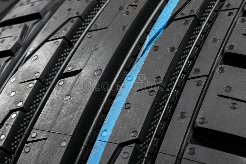Tiro do estúdio de um grupo de pneus de carro do verão no fundo preto Fundo da pilha do pneu Foco seletivo E imagens de stock royalty free