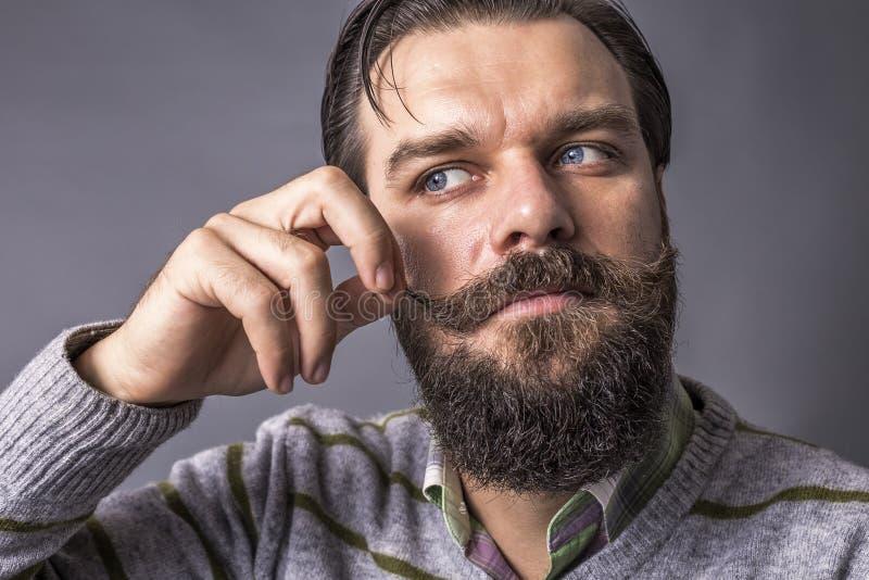 Tiro do estúdio de um homem novo considerável com olhar retro, barba e m foto de stock