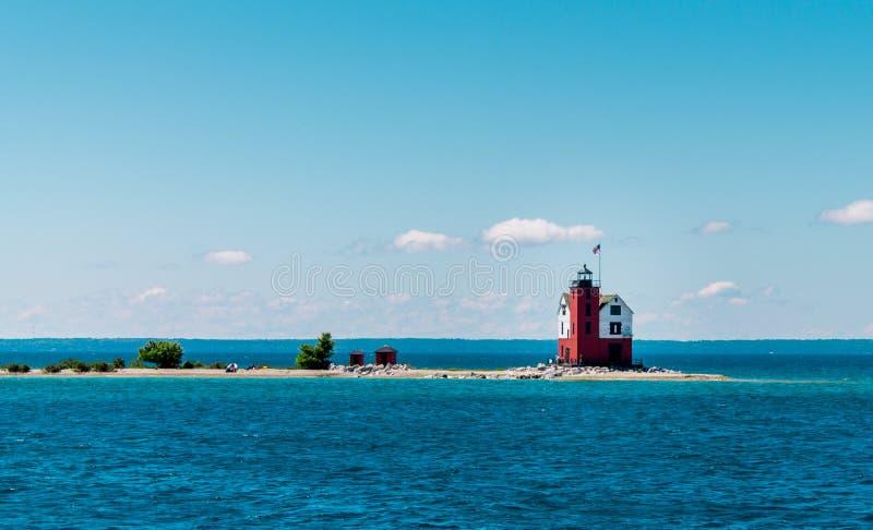Tiro do farol original só na ilha Michigan de Mackinac foto de stock