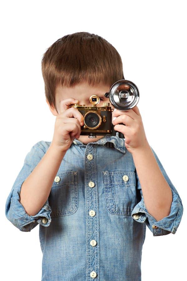 Tiro do fotógrafo do rapaz pequeno com câmera retro e flash imagens de stock royalty free