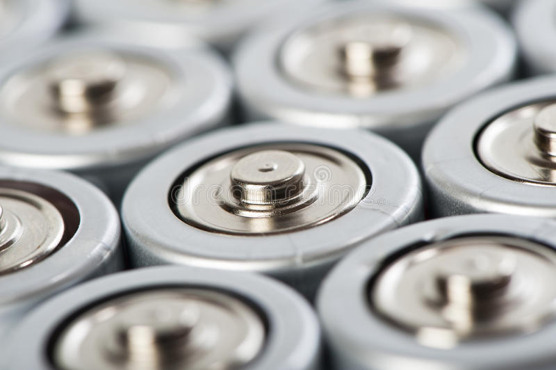 tiro do macro das partes superiores das baterias imagens de stock
