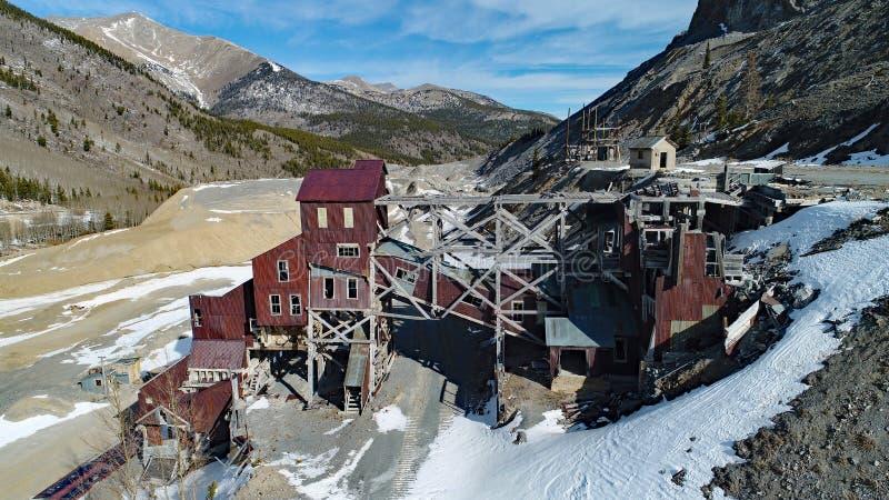 Tiro do zangão de uma mina abandonada da montanha fotografia de stock royalty free