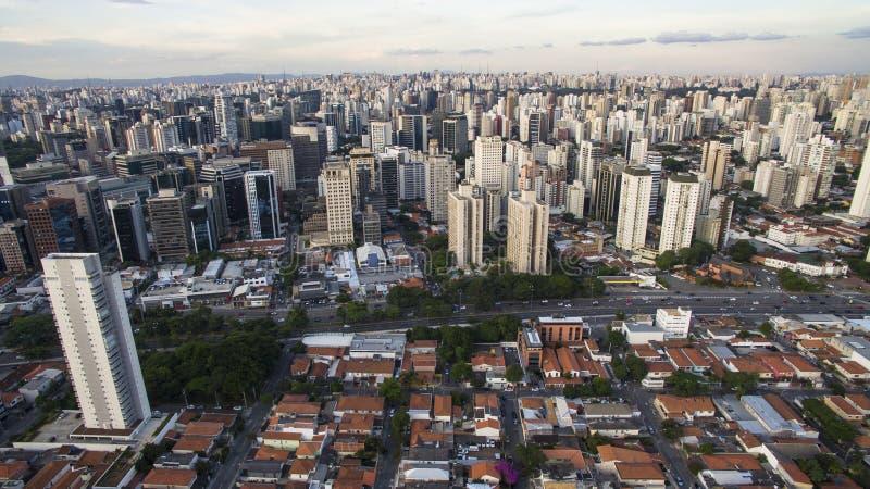 Tiro do zangão em uma cidade grande no mundo, a vizinhança de Itaim Bibi, a cidade de Sao Paulo foto de stock royalty free