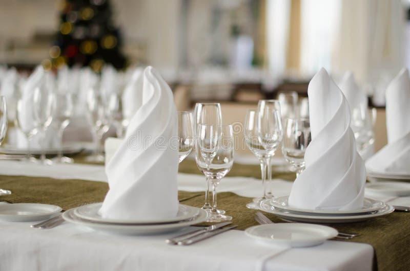 Tiro dos guardanapo e da tabela de banquete dos vidros de vinho no restaurante luxuoso foto de stock royalty free