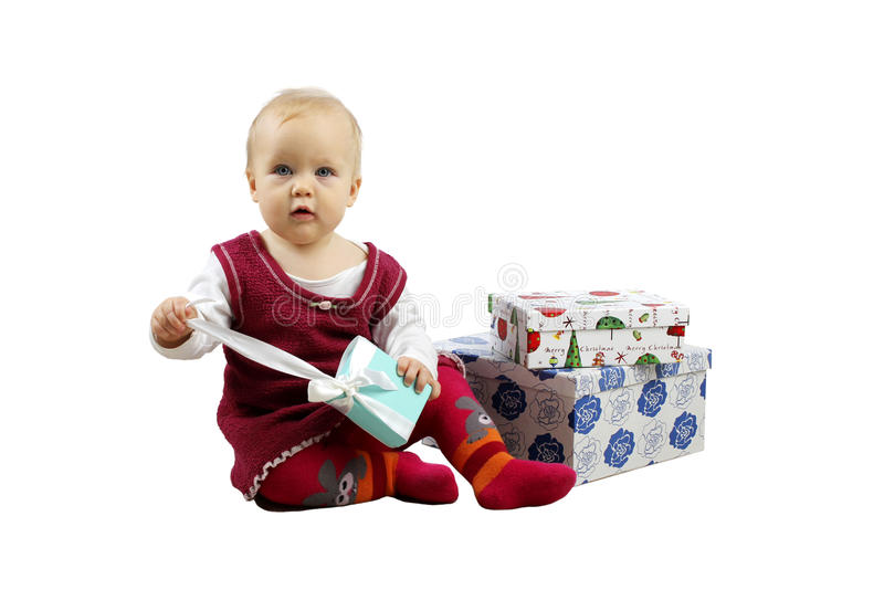 Tiro dos presentes pequenos bonitos do Natal da abertura do bebê isolados no branco imagem de stock