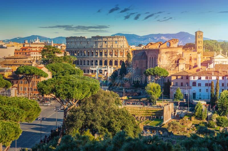 Tiro escénico de Roma con Colosseum y Roman Forum imágenes de archivo libres de regalías