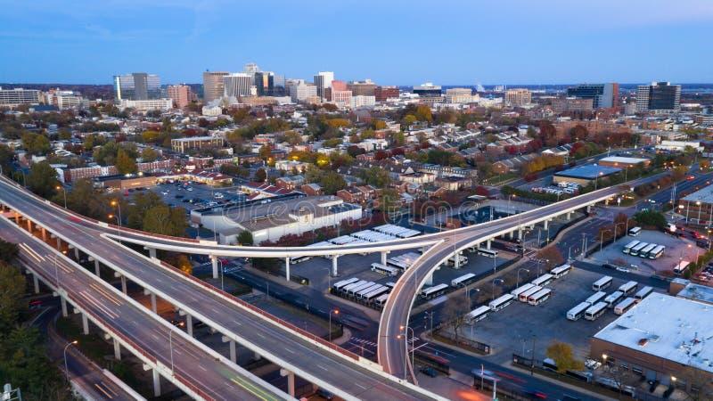 Tiro estático sobre las carreteras y el horizonte céntrico Wilmington Delaware de la ciudad imágenes de archivo libres de regalías