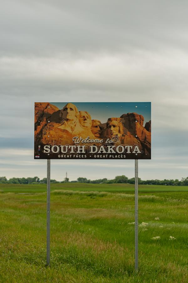 Tiro estreito da boa vinda ao sinal de South Dakota imagens de stock royalty free